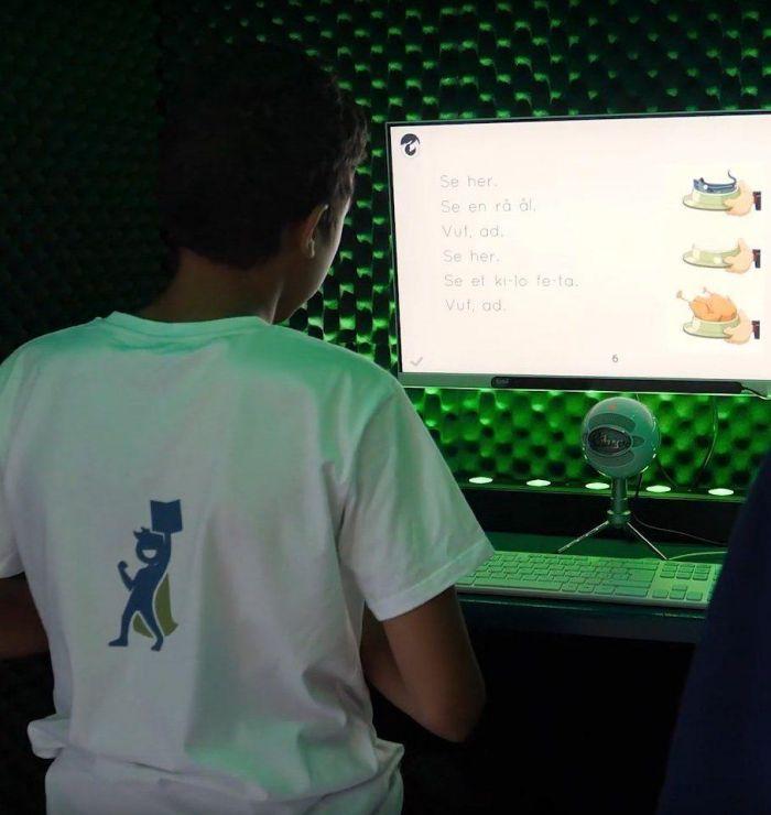 dreng ved computer