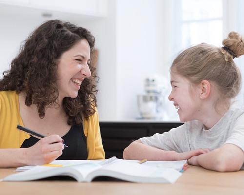 Lektiehjælp. Elev og mentor smiler